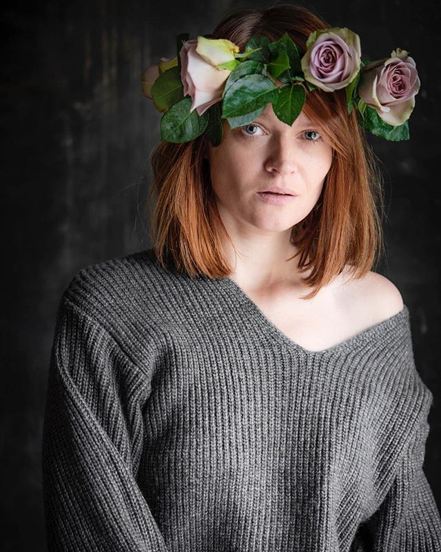 Chaos spreads wings and smells like roses and ashes  #selfportrair #selfie #roses #rosewreath #nosmoking #badhabits #ilovemyself #grey #notsmiling #portrait #meineliebe #sad #chaos #ashes #redhead #redhair #prettywoman