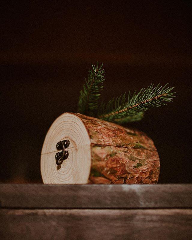 Nasze nowe piękne odkrycie - Sosna! 😍🌿 Jak Wam się podoba? ✨ . #sosna #fireinthewoods #drewnianepudełko #drewniane #drewnianaskrzynka #woodenbox #pudelkonaobraczki #lesneskarby #forestbox #pudelkodrewniane #onlineshop #skleponline #pudelkozlasu #szkatułka #skrzynka #pudelko #pudełko #homeliving #handmade #recznarobota #lifestylephotographer #woodengoods