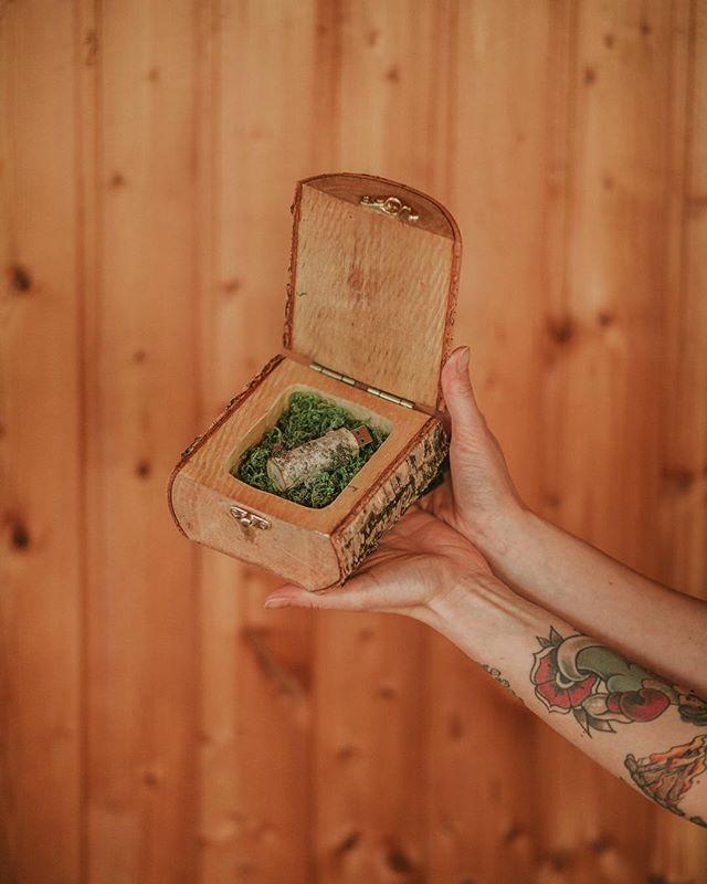 Za oknem słońce od rana to i my w słonecznych klimatach brzozowych 🌿❤️ . #drewnianepudelko #drewniane #drewnianepudełko #szkatułka #pudełko #fireinthewoods #brzoza #usbbox #pudełkonaobrączki #woodenbox #onlineshop #etsy #dawanda #instax #handmade #homemade #homeworkshop #forphotographers #pudelkozlasu
