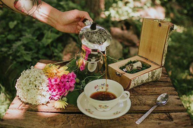 Wpuszczamy tutaj trochę pięknego letniego powietrza, wypełnionego zapachem kwiatów i opalonej skóry i kawy w ogrodzie. Nowości dzisiaj pojawiły się w naszym sklepie. Zapraszamy Was radośnie! ❤️ #pudelkonaobraczki #pudelkozmarzeniami #pudelkowspomnien #pudelkonaskarby #pudelkodrewniane #drewnianepudełko #usb #pendrive #dlafotografa #forphotographers #packaging #packagingideas #virtualmemories #shoplife #opakowanie #photographypackaging #weddingringbox #ringbox #weddingdetails #kamilapieh #fireinthewoods #woodengoods