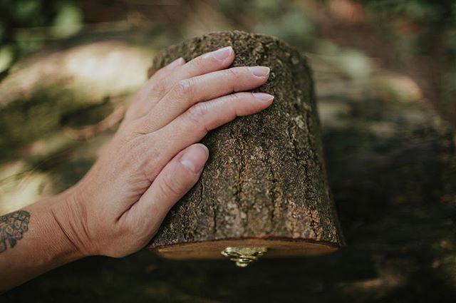 Jak często dotykacie drzew? Kiedy ostatni raz przytuliliście się do drzewa wsłuchując się w jego głos? ❤️ Nasze pudełka opowiadają niesamowite historie leśne, pachnące letnim deszczem, z promieniami słońca tuż po ulewie ☀️ nowości w sklepie czekają na swoich sprzymierzeńców 🌿  #drewnianepudełko #pudelkonaobraczki #weddingdetails #ringbox #weddingringbox #dlafotografa #forphotographers #photographypackaging #packagingideas #opakowanie #weddingrings #woodengoods #drewnianedodatki #drewnianedekoracje #drewnianydom #drewnianezabawki #fireinthewoods #kamilapiech