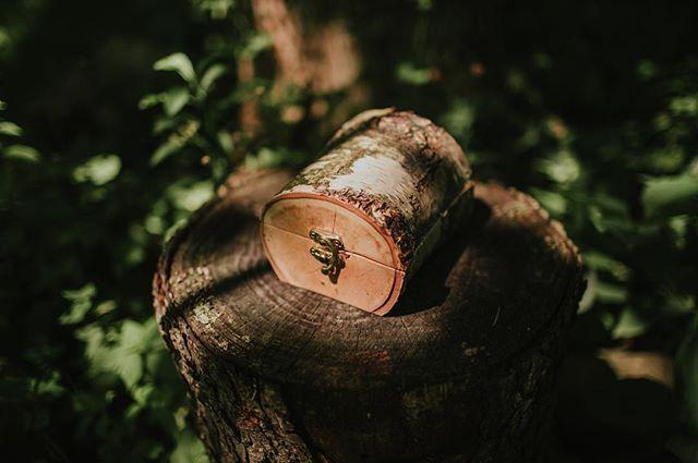 Cześć Brzoza! ❤️ Szczególnie uwielbiane pudełko brzozowe przez Panny Młode, które upodobały ją sobie jako pudełko na obrączki 😍 a to zapewne za sprawą tego iż słowiańska kobieta była porównywana z delikatnością brzozy 🌿❤️ W sklepiku zostały tylko 3 takie pudełeczka, więc zachęcamy, bo nie wiemy kiedy nam się uda znów spotkać z okazem wiosny i kobiecości, z Brzozą ❤️ link w bio ✨ #linkwbio #drewnianepudełko #pudelkonaobraczki #drewnianedodatki #drewnianedekoracje #skleponline #handmadelove #recznarobota #fireinthewoods #birchbox #brzoza #weddingideas #ringbox #weddingrings #prostozlasu #kamilapiech #buysmart