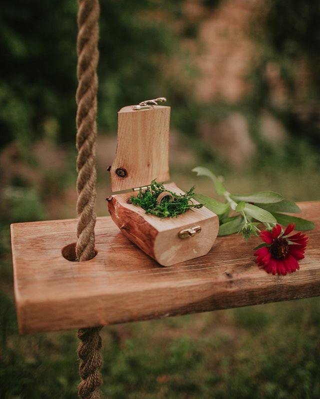 Jesień już na dobre zadomowiła się w ogrodzie 🍁 jej kolory są przepiękne! 🧡  Fotografia @kamilapiech . #fireinthewoods #pudelkonaobraczki #piersionekzaręczynowy #zareczyny #engagements #drewnianepudełko #drewnianezabawki #drewnianedodatki #drewnianedekoracje #woodenbox #ringbox #pudełkonapierścionek #weddingdetails #pudelkoslubne #zdrewna #woodenlife #handmade #welovehandmade #woodenwork #drewnowdomu #robimysami #happylife #przylesie12