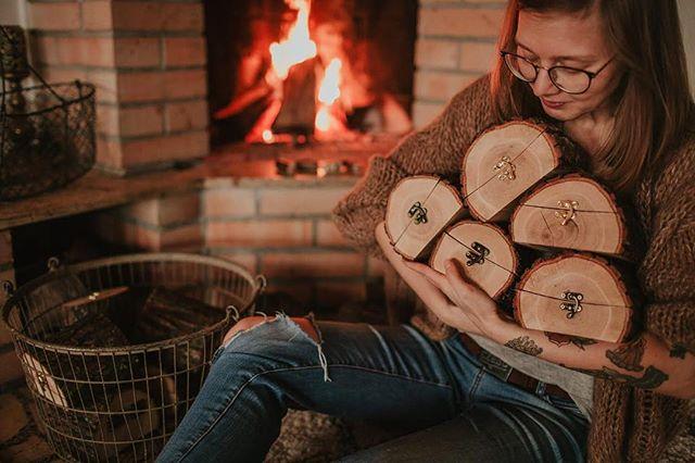 Kochani dawno nas nie było! Ale wiedzcie, że jesteśmy! Zrobiliśmy dziś promocje na pudełka, do końca tygodnia! 21% zniżki ❤️ Nowe pendrive'y pojawią się za około 2 tygodnie 🔥 Nowych pudełek nie będzie do końca roku 💪 Tak więc kochani, jeśli jakieś pudełeczko miałoby się znaleźć w tym roku pod choinką, zróbcie to teraz ❤️ www.fireinthewoods.com ❤️ #fireinthewoods #pudelko #prezent #prezentownik #pudelko #instaxmini #fujiinstax #pudelkonaobraczki #pierscionekzareczynowy #dlafotografa #drewnianepudełko #friyay🙌 #naprezent #kamilapiech