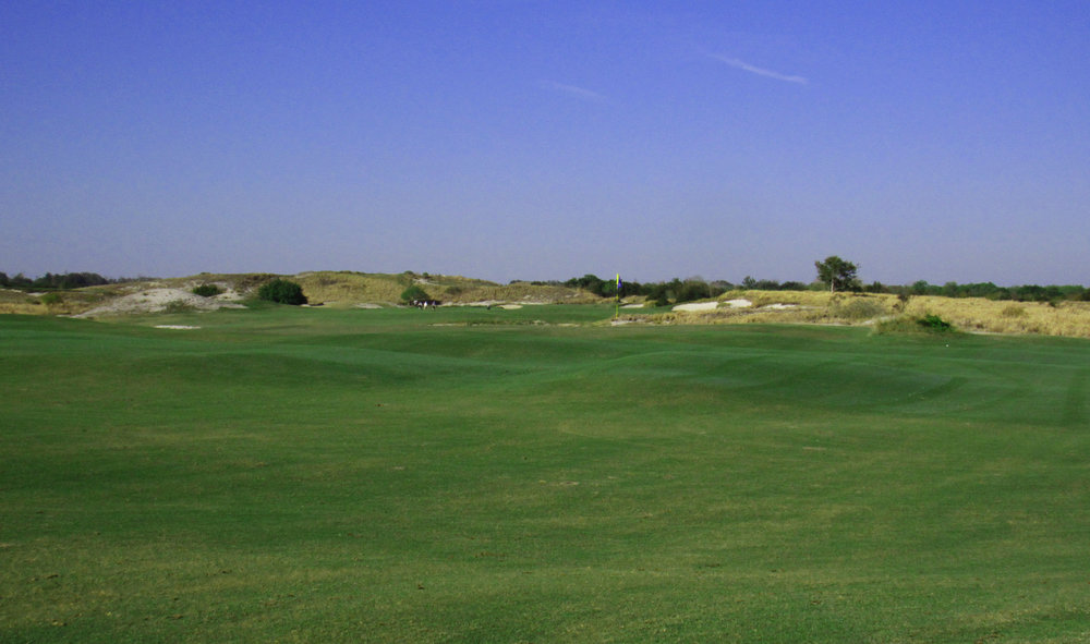 The 11th at Streamsong Blue, Tom Doak defends the green without bunkers and natural undulations.