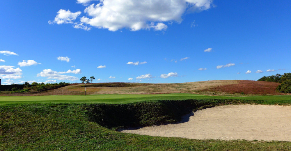 Looking at the depth of the 8th's greenside bunker. Photo Credit: Jon Cavalier @linksgems