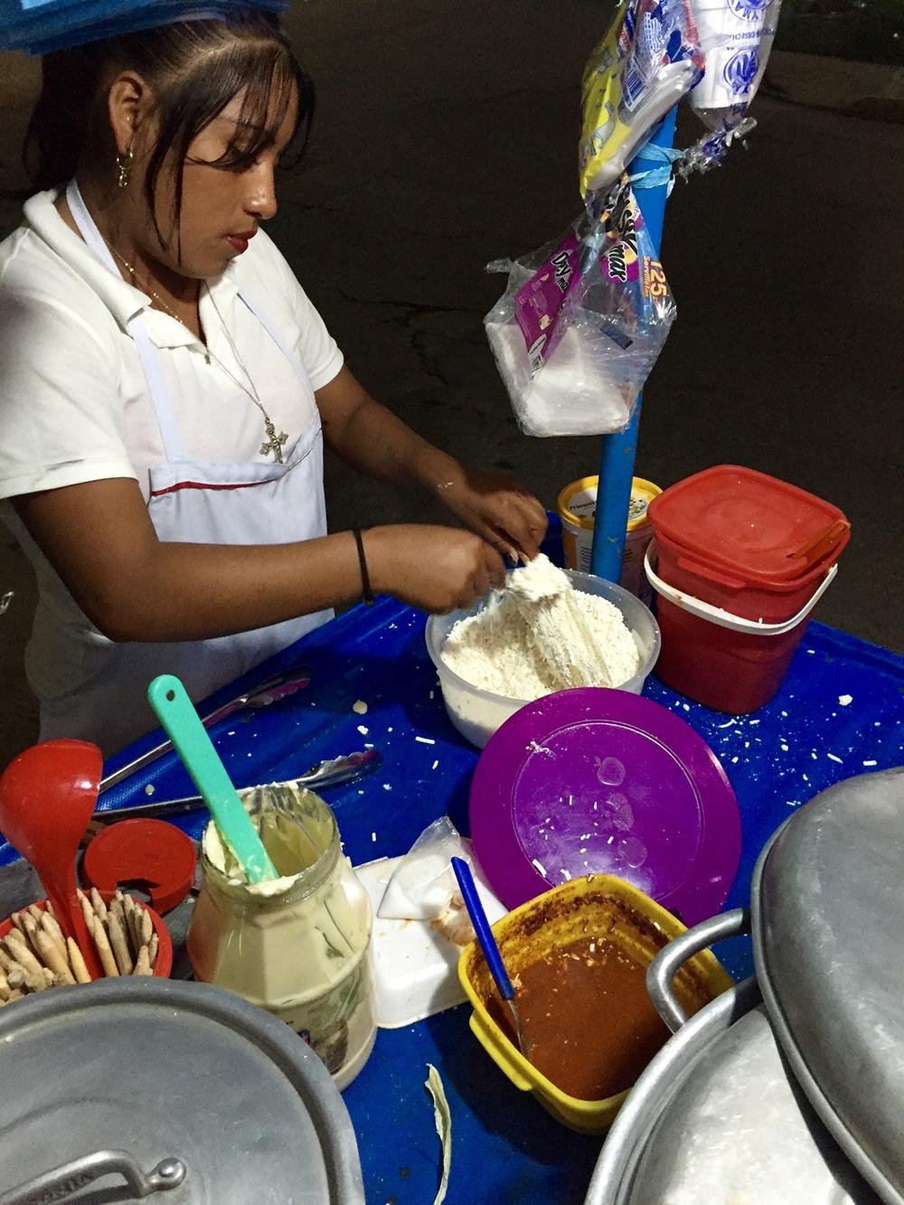 Kukurūzo burbuolė apibarstoma sūriu