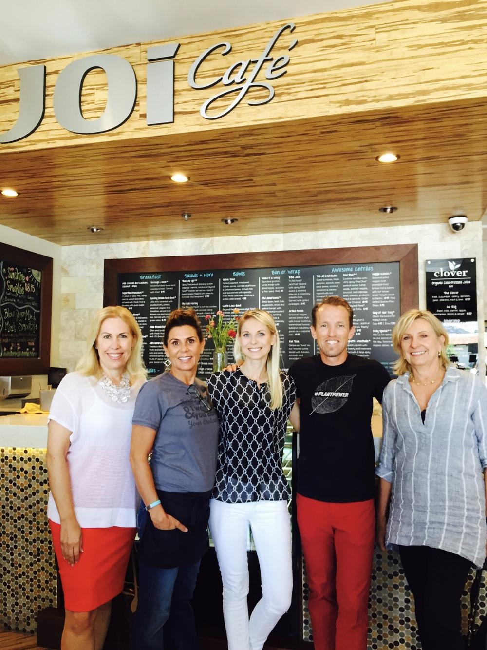 Iš kairės: Lietuvos garbės konsulė Daiva Navarrette,restoranėlio savininkėJoi Stearns, Kristina Pozingytė, restoranėlio bendrasavininkas Nic Johanson bei Olena Snow, kuri gamina sveikąją Kombucha