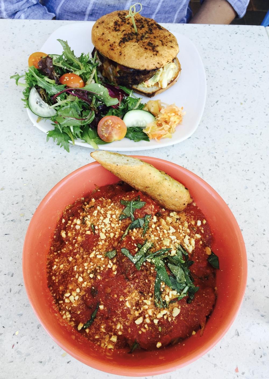 Veganiškas burgeris su bandele be gliuteno ir spageti makaronai pagaminti iš cukinijos! Makaronai pasislėpę po pomidorų padažu ir nebenufotografavau pradėjusi skanauti, nes buvo taip skanu, kad pamiršau!:)