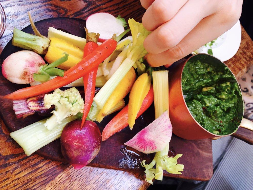 Vietoje bulvių traškučių valgykite įvairias daržoves su pesto padažu :)