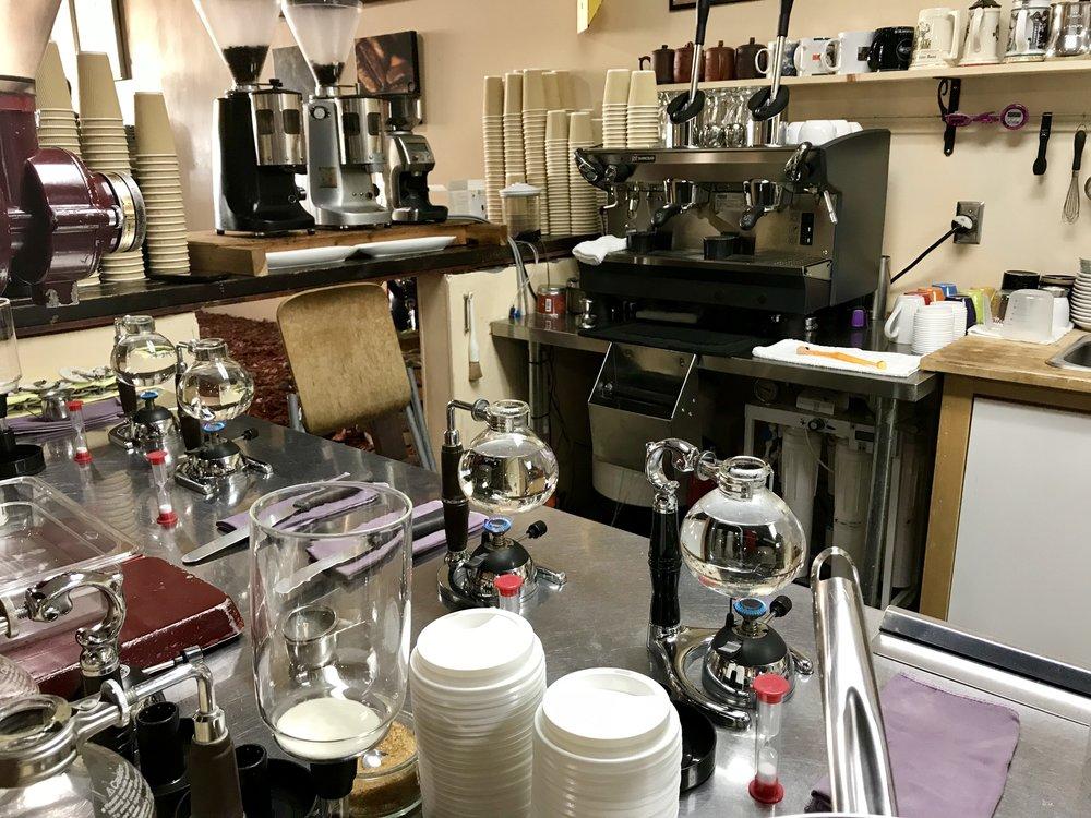Funnel Mill kavinėje kava yra verdama stikliniuose aparatėliuose.