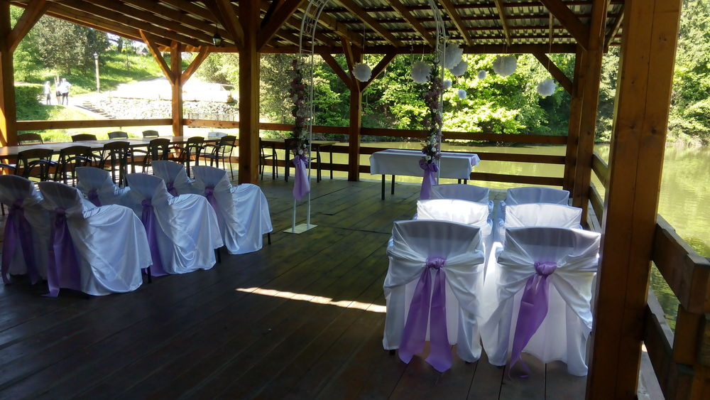 Zastřešená terasa připravena ke svatebnímu obřadu