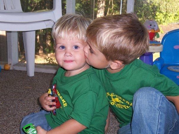 E kissing S on cheek2007.jpeg