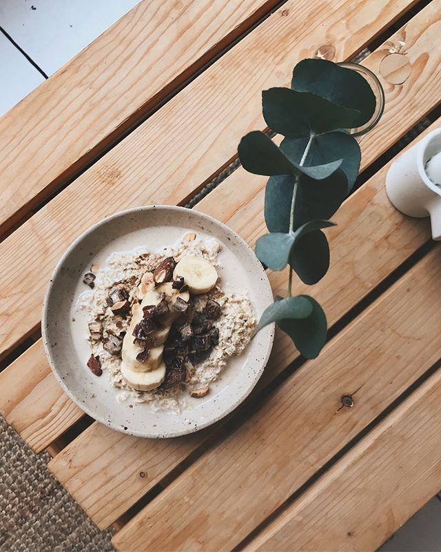 gingerbread flavoured overnight oats. oh how delicious! with dates, salt roasted almonds and banana slices on top. yum! 🍁 DM for recipe!