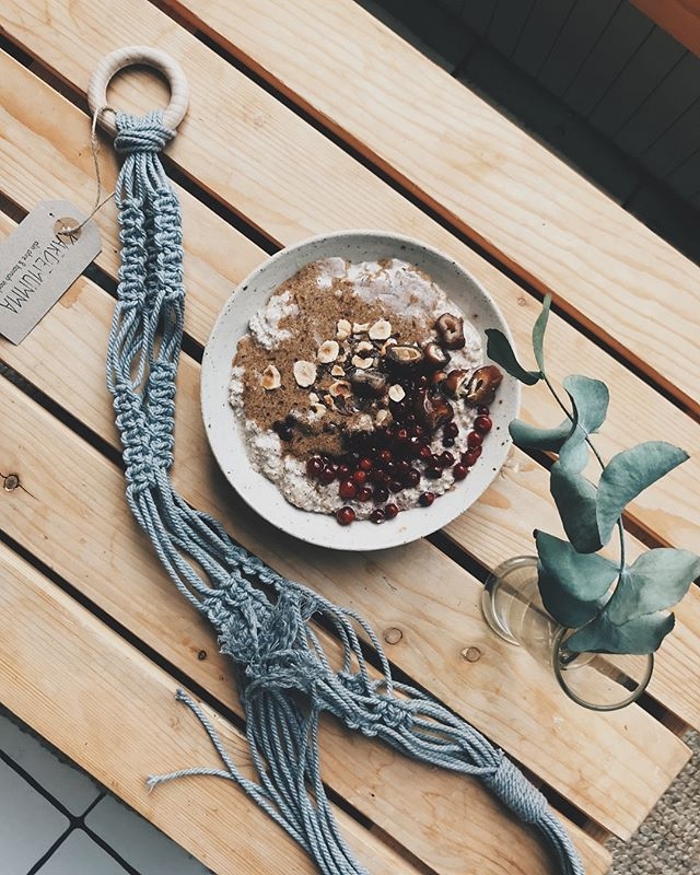 taste like christmas! cinnamon spiced overnight oats with lingonberries, hazelnut butter and dry dates. how about that?! 🌲  also, me and @elinohre have started our own brand, making macrame, prints and soon also ceramics. it's called kardemumma and we'll be selling our stuff at @jordmalmo to begin with! ✨
