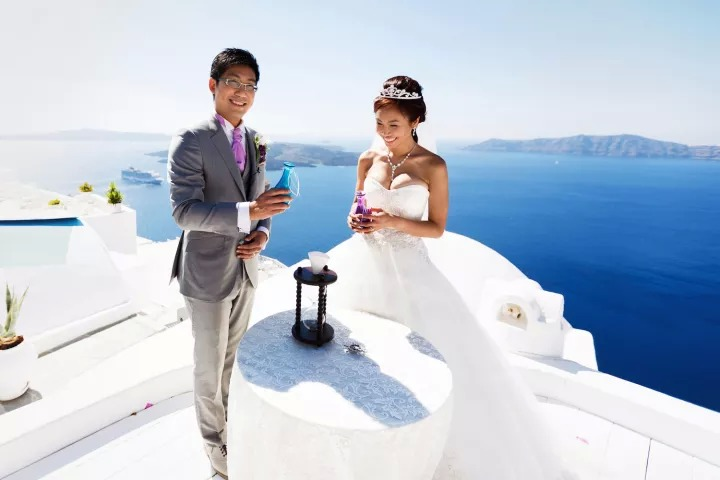 Honeymoon photographer in Santorini