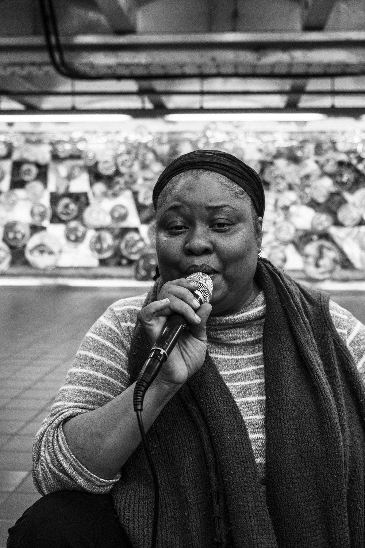 Unknown singer. 42nd Street / © Kiki Provatas. No usage without permission