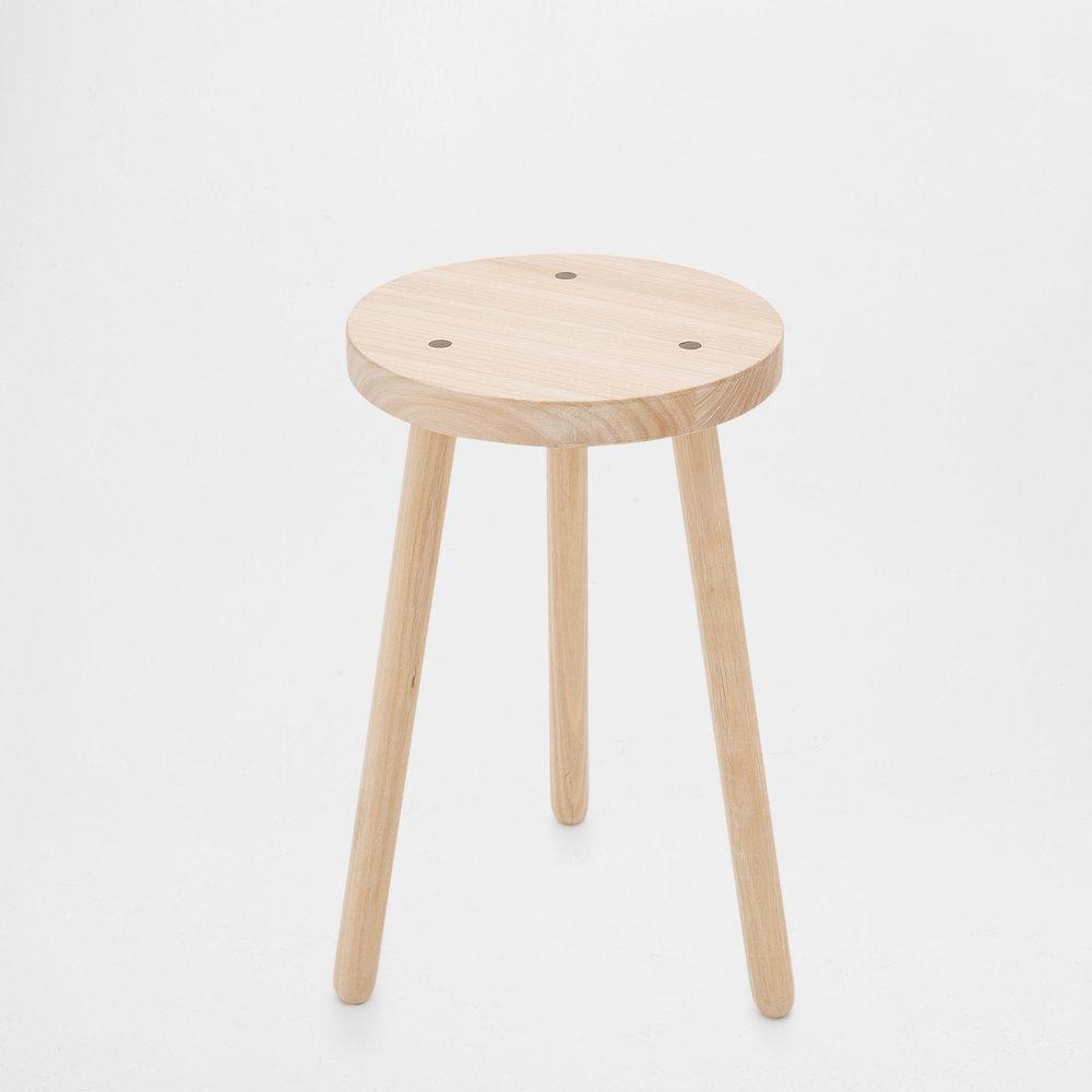 Pall eller litet sängbord i naturlig träfärg. Alltid lika stilrent och sobert.
