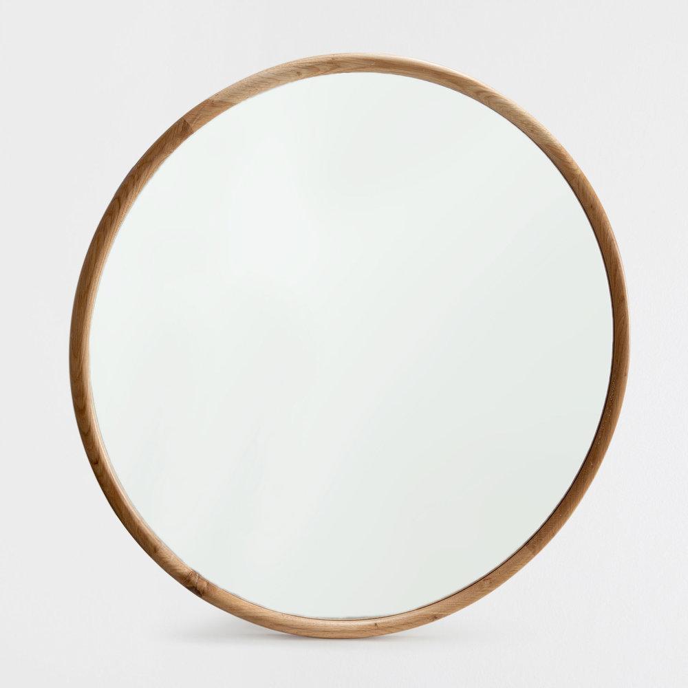 Föll för denna runda enkla spegeln med stilrena enkla drag i naturlig träfärg