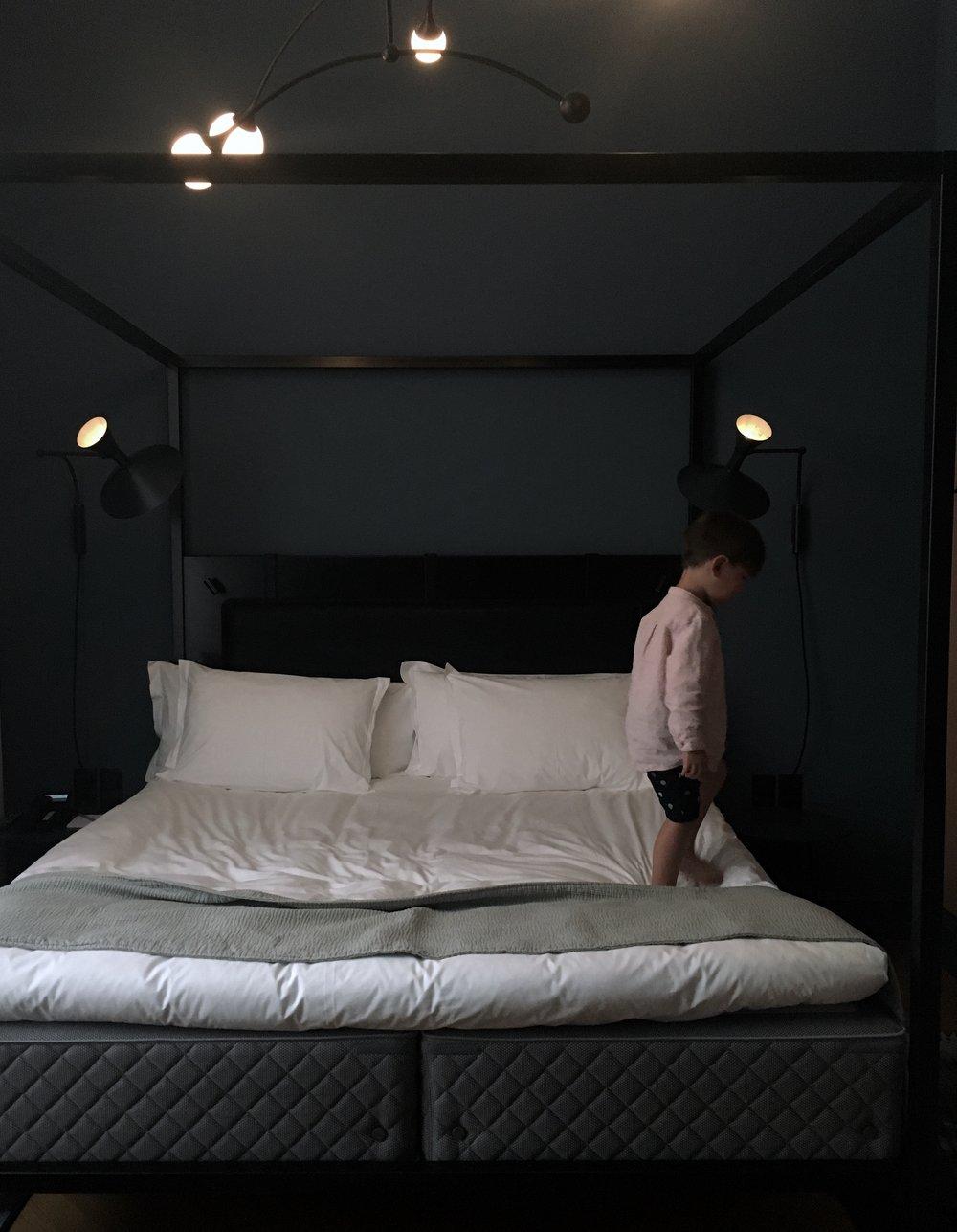 Sista dagen körde vi raka vägen till Köpenhamn för att njuta lite in i det sista. Bokad in oss på fina  Nobis Hotel . (Superbreda sängar för 2 stora plus en liten). Gratis för ongen dessutom!