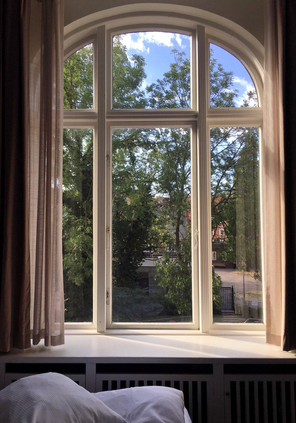Tittade ut genom över fönster i rummet på Grand. Stilla och tyst. Så skönt med semester.    KÖPENHAMN