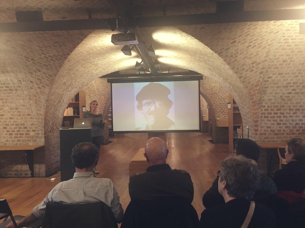 Benedicte Strand holdt foredrag om faren, fotograf Ragge Strand. Her foran hans selvportrett.