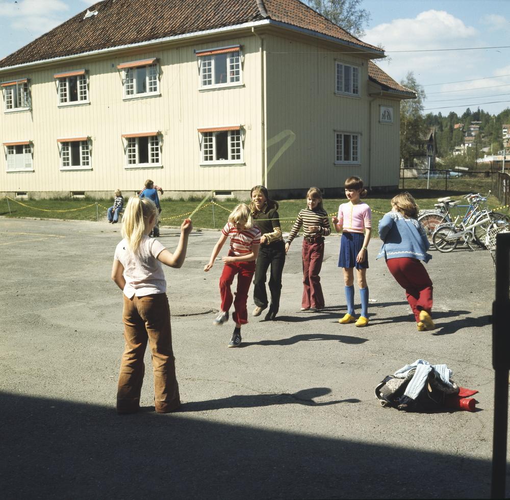 Taughopping i skolegården. Årvoll skole, Oslo, 1974. Foto: Paul A. Røstad. Tilhører DEXTRA photo, Norsk Teknisk Museum.
