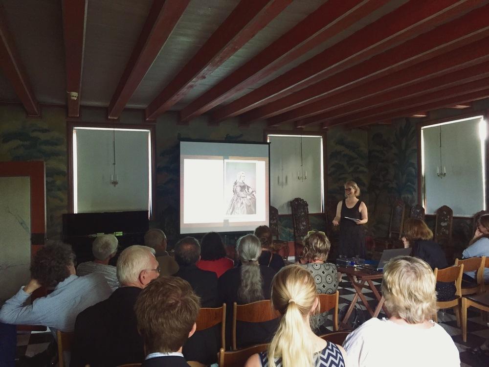 Elisabeth Kristoffersen fra Museene i Akershus forteller om bildesamlingen som ble oppdaget på Linderud gård. Linderud gård er i dag en del av Museene i Akershus og f otoavdelingen ved MiA har stått for digitalisering og bevaring av samlingen.