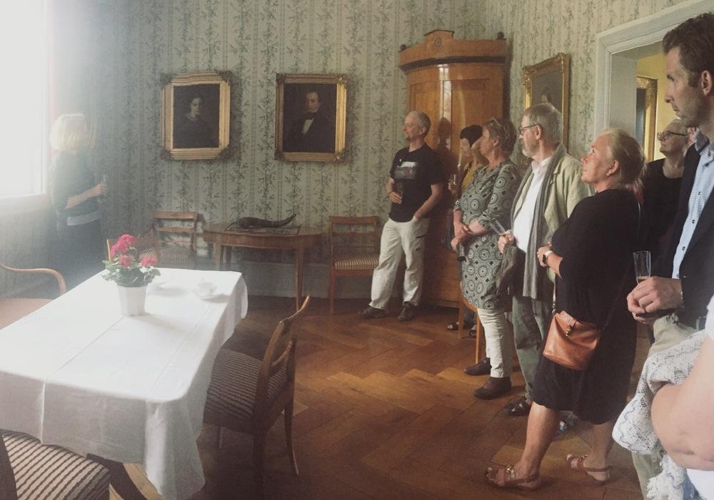 Kari Greve forteller om gården og familiens historie.