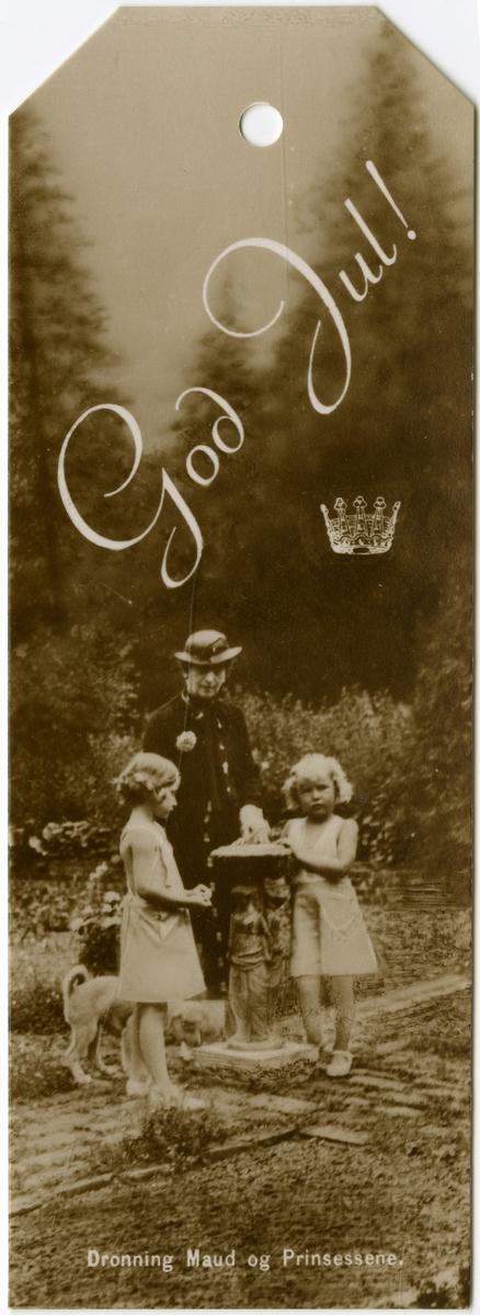 Pakkelapp med fotografi av Dronning Maud og prinsessene Astrid og Ragnhild.Foto: Wilse, Anders Beer / Norsk Folkemuseum