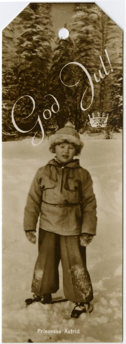 Pakkelapp med fotografi av Prinsesse Astrid på skøyter.Foto: Wilse, Anders Beer / Norsk Folkemuseum