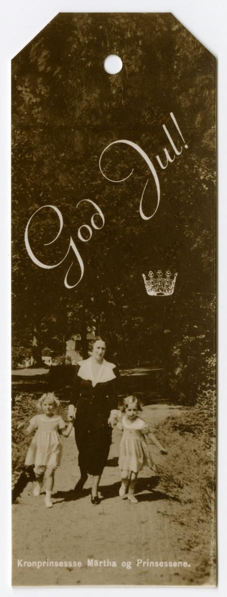 Pakkelapp med fotografi av kronprinsesse Märtha og prinsessene Ragnhild og Astrid. Foto: Wilse, Anders Beer / Norsk Folkemuseum