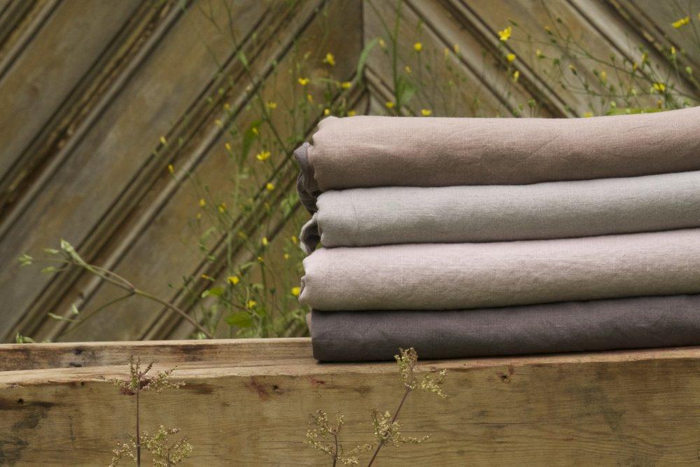 """100% hør sengetøj   HØR SENGETØJ I EN vasket kvalitet. holder """"for evigt"""" og blive kun bedre og bedre. designet er to farver med en skøn fransk søm. sundt for sjæl og legeme"""
