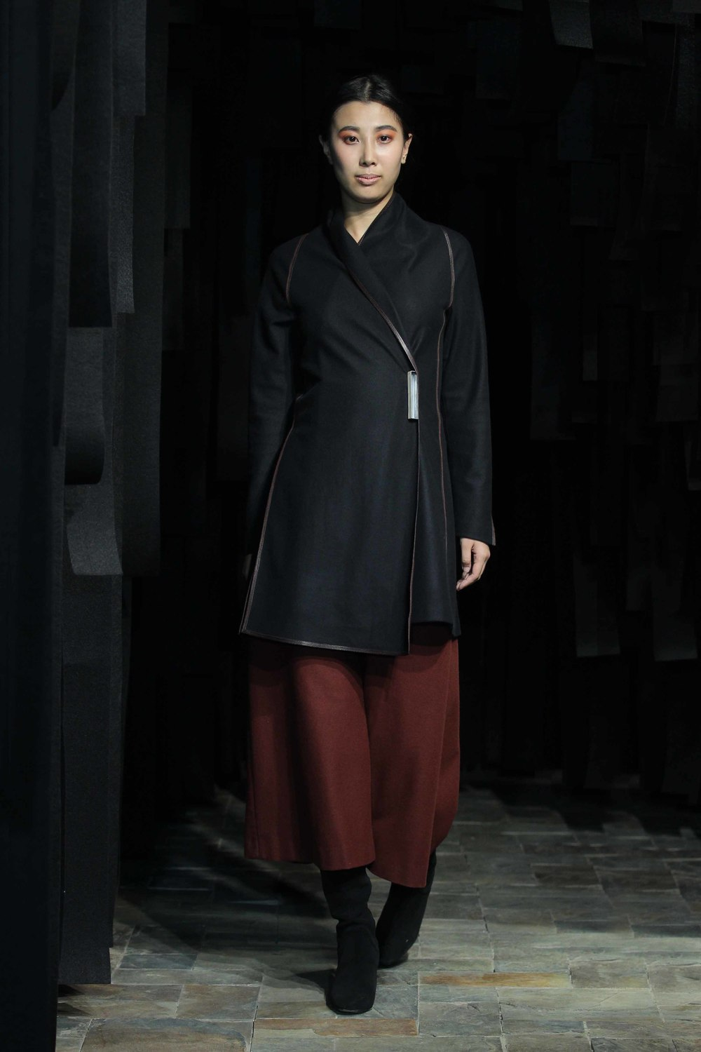 Long black woolen jacket with leather trim // rust colored, woolen flannel jersey 7/8 pants