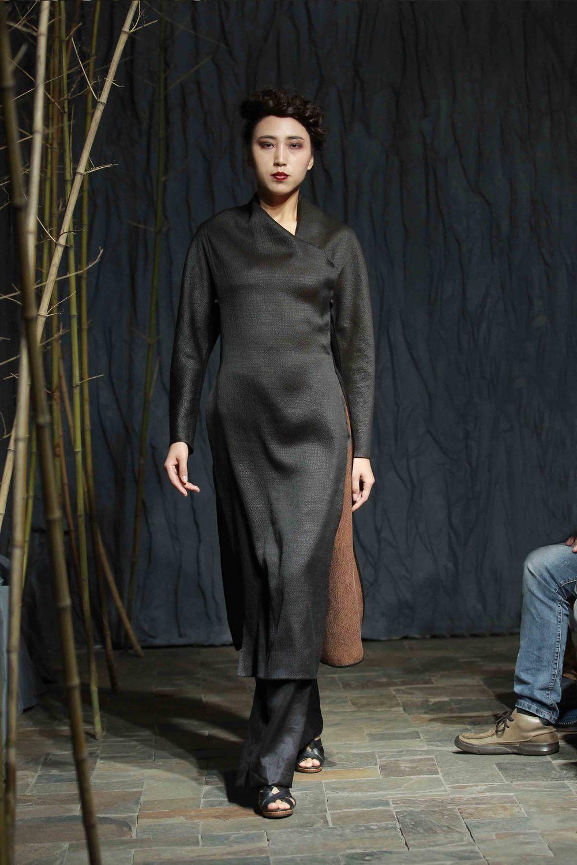 Long bark crepe tea-silk tunic with triangular batwing sleeves//straight cut tea-silk pants