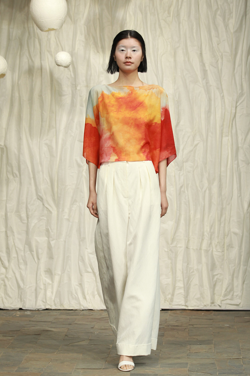 Loose printed top// white wide- legged pants with pleats