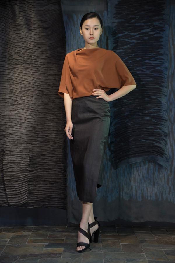 28-03 Shuliang natural-dyed silk crepe top with shoulder draping detail / 薯莨手染真丝绸肩部褶皱宽松上衣 / 不对称的香云纱半身裙