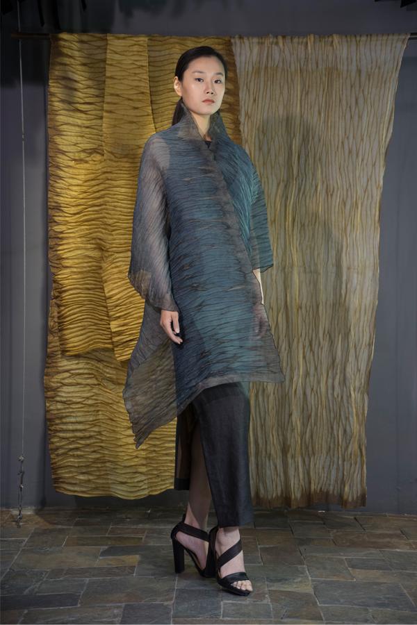 28-11 Indigo and iron rust natural-dyed one sleeve organza scarf / Tea-Silk dress / 靛蓝铁锈混合手工染色单袖披肩 / 香云纱单侧开衩连衣裙