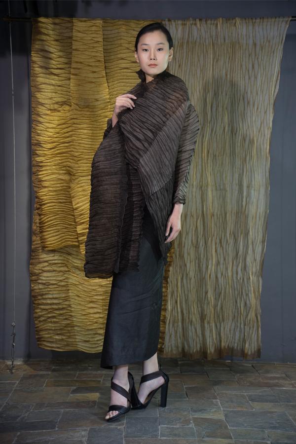 28-18 Iron rust natural-dyed one sleeve silk organza wrap / Tea-Silk dress / 铁锈手工染色单袖披肩 / 香云纱连衣裙