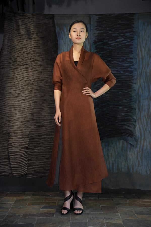 28-08 Shuliang natural-dyed wraparound silk organza robe / 薯莨手工染色,单侧开衩欧根纱长衫