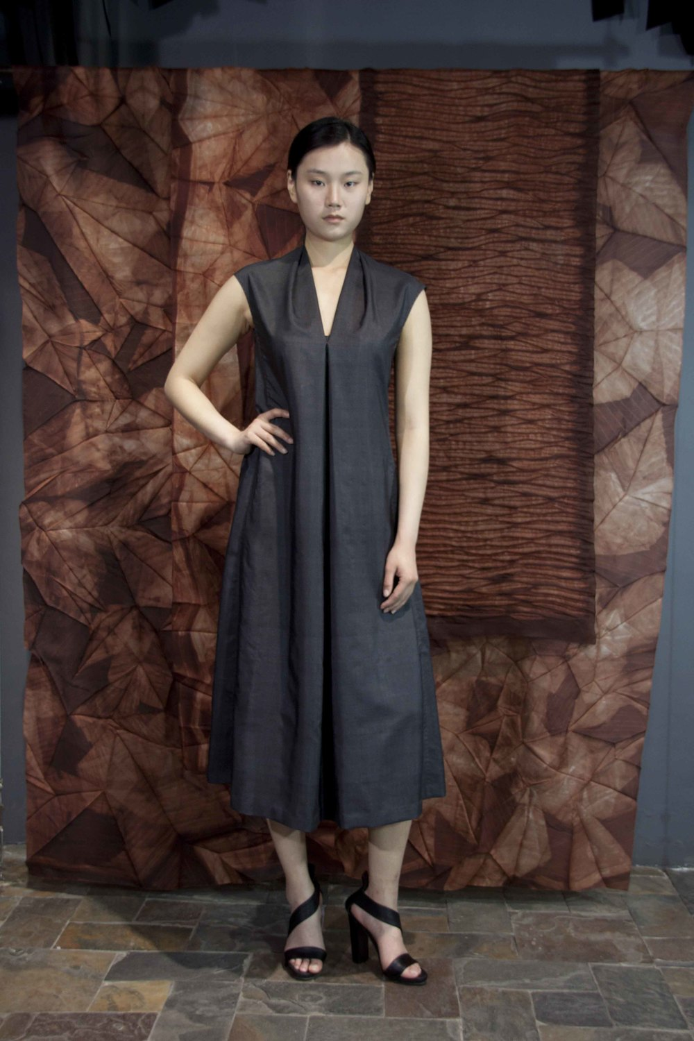 "28-27 Asphalt Honan-silk dress  /   沥青色南韩丝领口压褶连衣裙                                                                                                                                                                                                                                                                                                   /* Style Definitions */  table.MsoNormalTable 	{mso-style-name:""Table Normal""; 	mso-tstyle-rowband-size:0; 	mso-tstyle-colband-size:0; 	mso-style-noshow:yes; 	mso-style-priority:99; 	mso-style-qformat:yes; 	mso-style-parent:""""; 	mso-padding-alt:0in 5.4pt 0in 5.4pt; 	mso-para-margin-top:0in; 	mso-para-margin-right:0in; 	mso-para-margin-bottom:10.0pt; 	mso-para-margin-left:0in; 	line-height:115%; 	mso-pagination:widow-orphan; 	font-size:11.0pt; 	font-family:""Calibri"",""sans-serif""; 	mso-ascii-font-family:Calibri; 	mso-ascii-theme-font:minor-latin; 	mso-hansi-font-family:Calibri; 	mso-hansi-theme-font:minor-latin; 	mso-bidi-font-family:""Times New Roman""; 	mso-bidi-theme-font:minor-bidi;}"