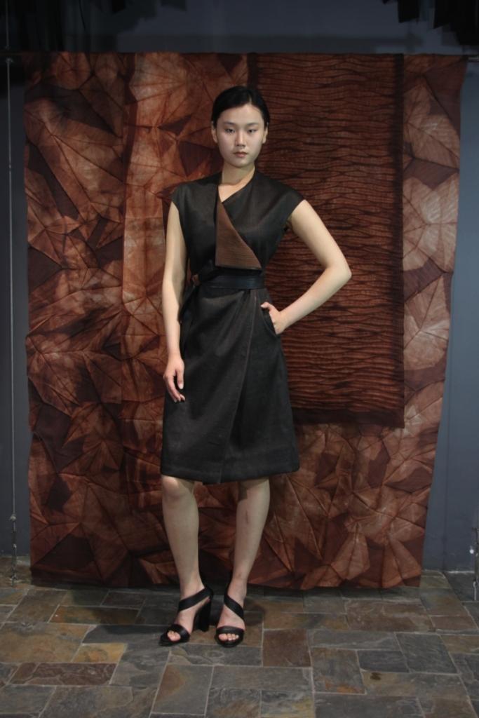 28-30 Wood grain tea-silk wrap-around dress with leather trim  /   香云纱裹式连衣裙配皮腰带