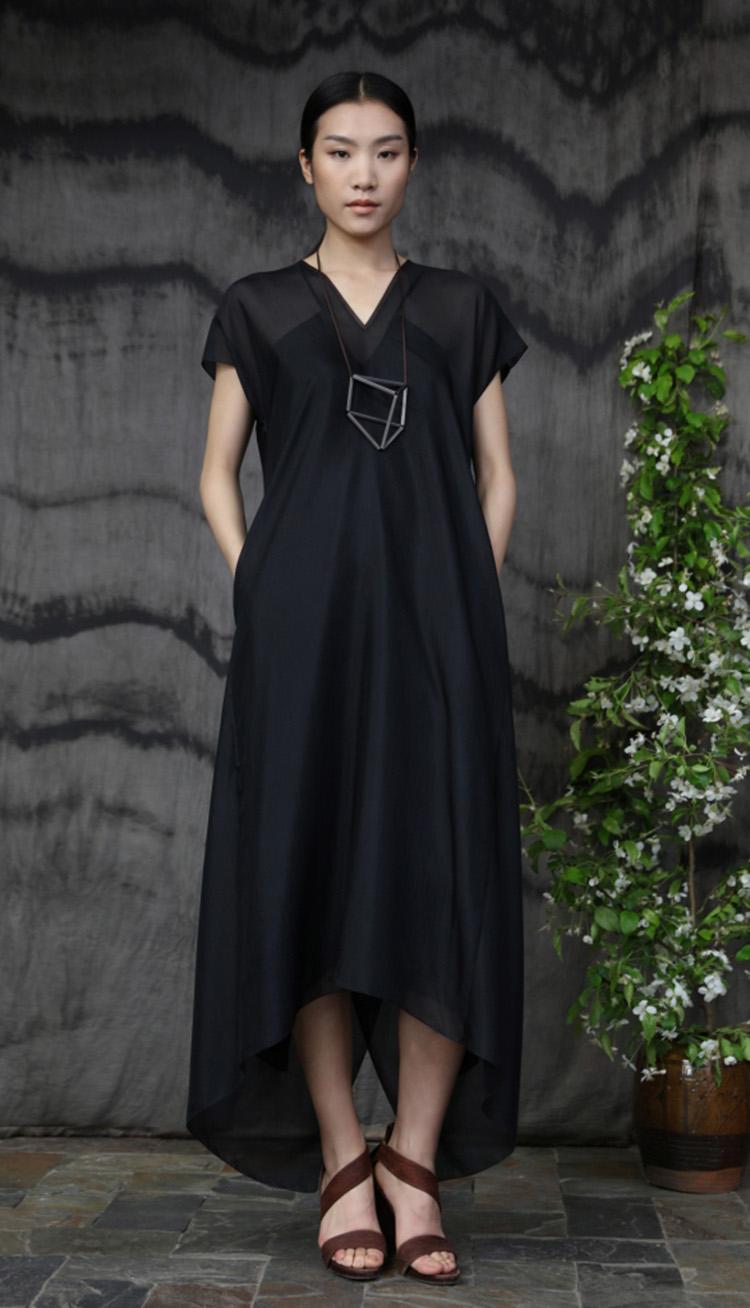 真丝矩形剪裁背部压褶款连衣裙/Silk rectangular cut dress.