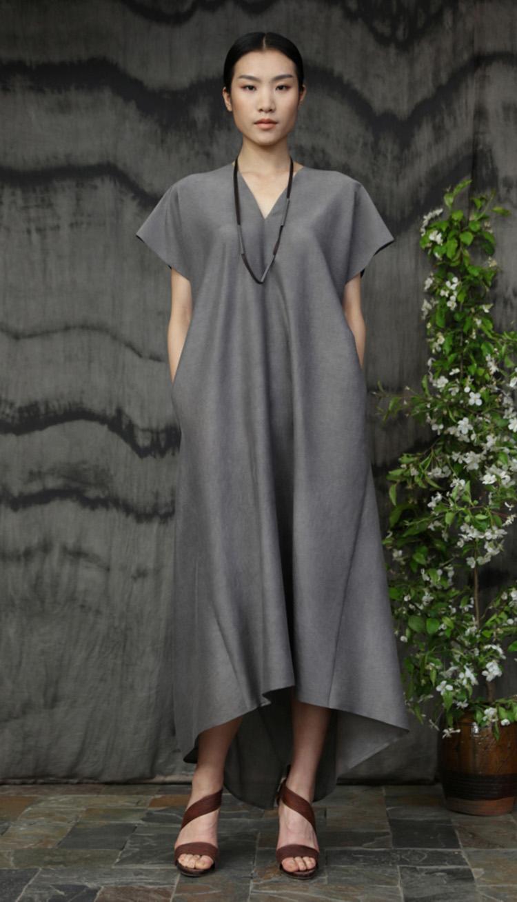 五倍子手工染色V领矩形剪裁背部压褶连衣裙/Gallnut natural dyed rectangular cut dress.