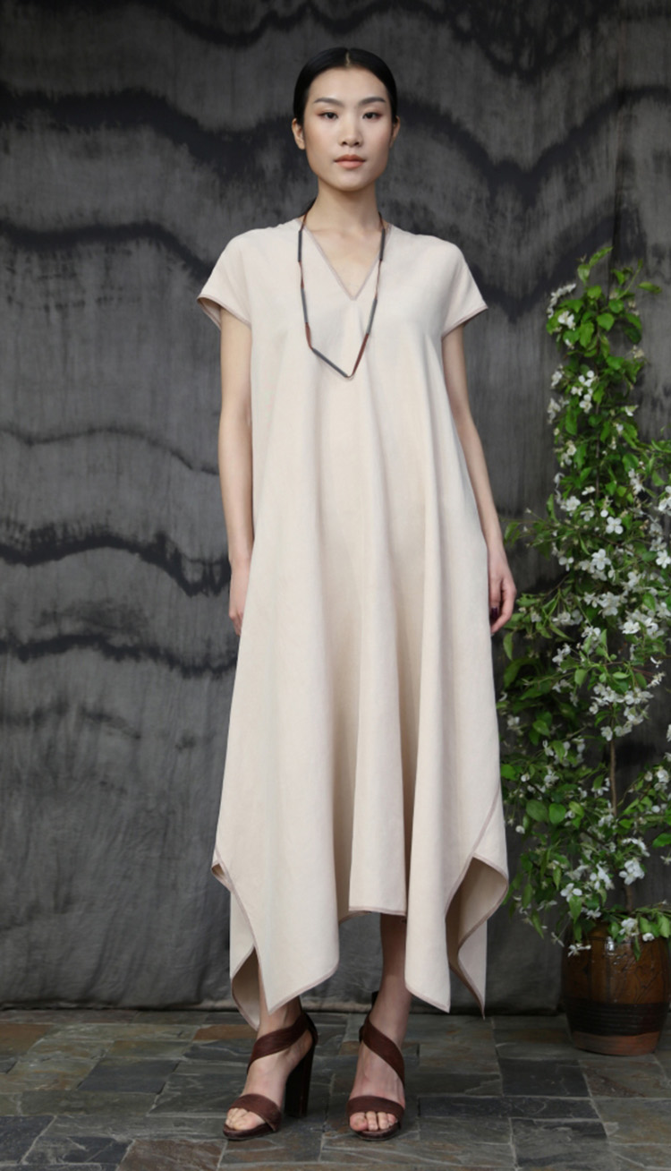 肉色丝麻矩形剪裁明线装饰款连衣裙/ Cream colored silk linen rectangular cut dress, tea silk and silver necklace.