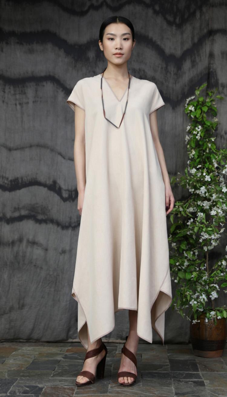 肉色丝麻矩形剪裁明线装饰款连衣裙/Cream colored silk linen rectangular cut dress, tea silk and silver necklace.
