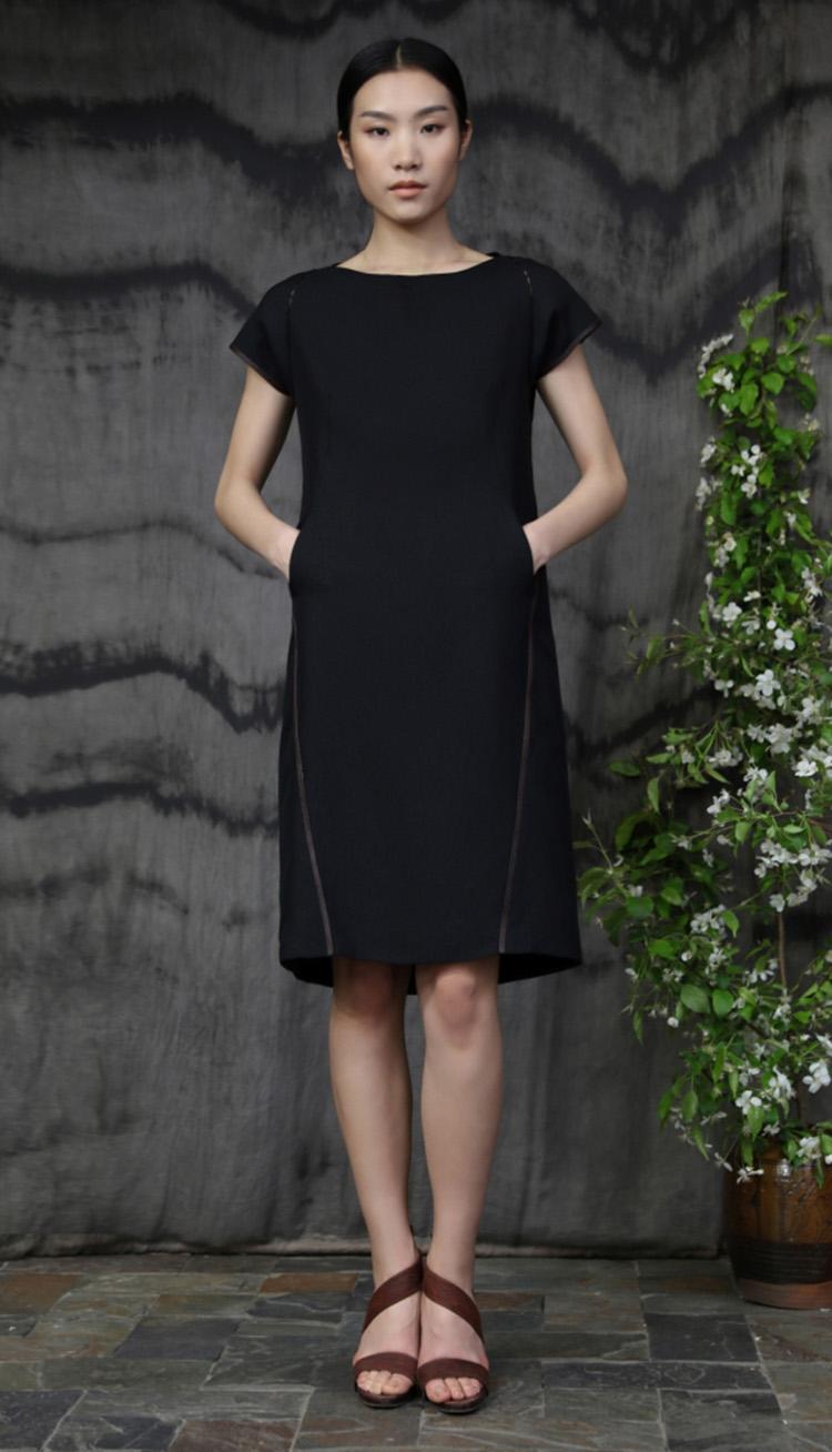 黑色重磅真丝肩部线袢链接款连衣裙/Silk crepe dress with fagotting.