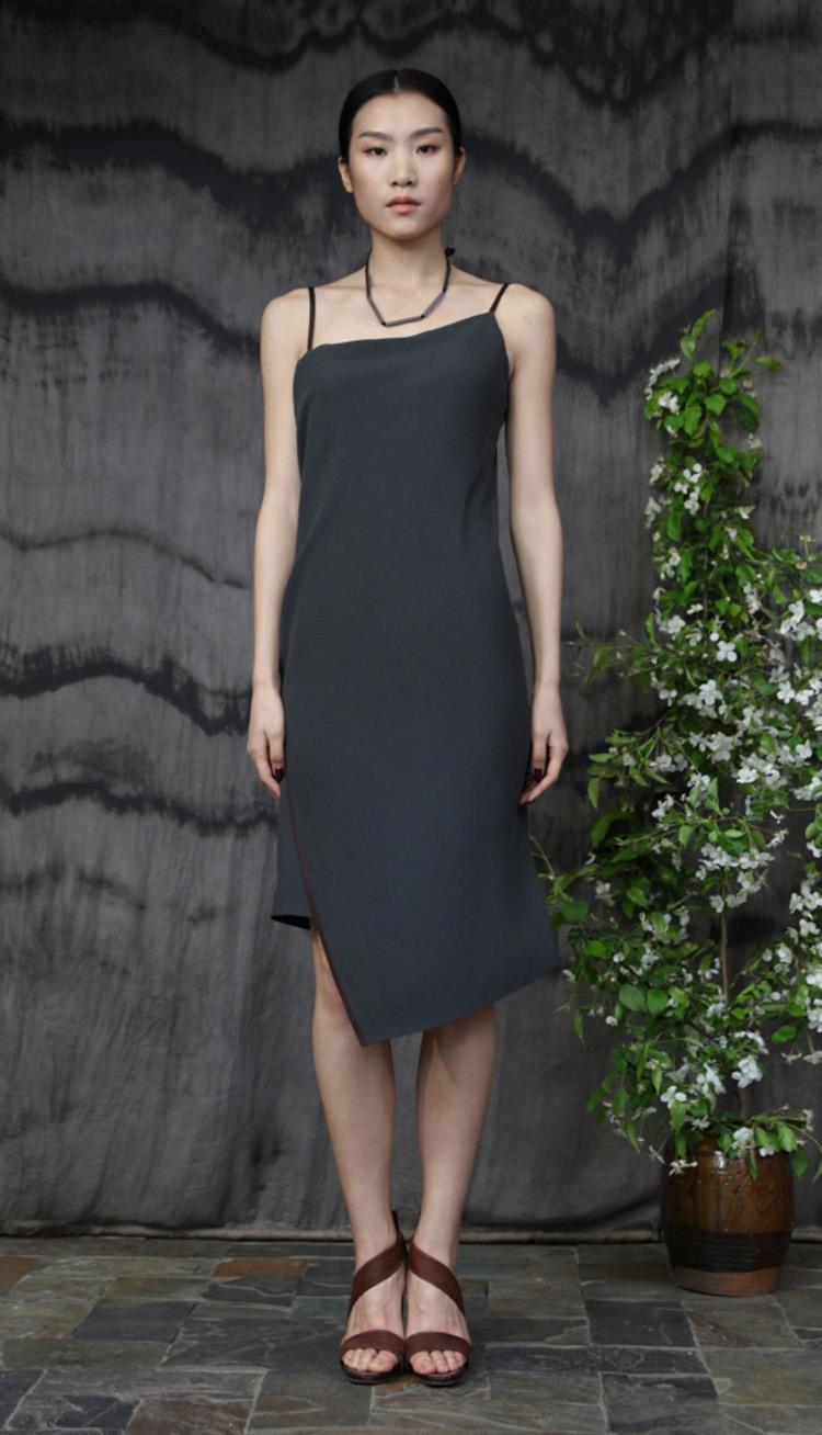 真丝矩形剪裁香云纱吊带裙/Rectangular cut silk strap dress.