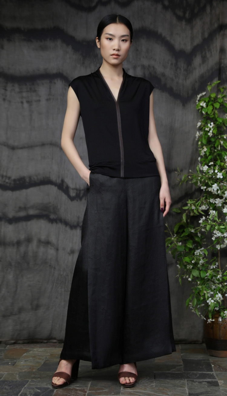 真丝针织镶嵌皮边上衣/ 香云纱包裹式长裤/ Silk jersey front with leather trim/ Tea silk elastic wraparound pant.