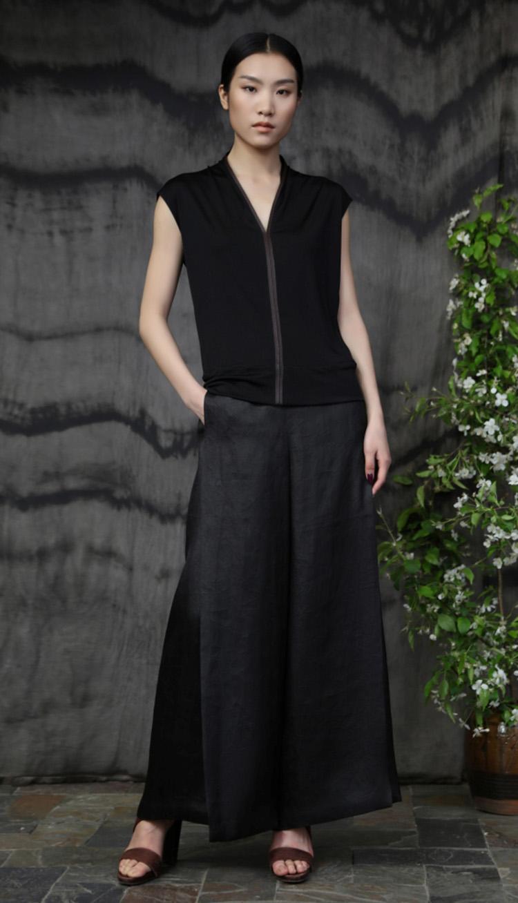 真丝针织镶嵌皮边上衣/ 香云纱包裹式长裤/Silk jersey front with leather trim/ Tea silk elastic wraparound pant.